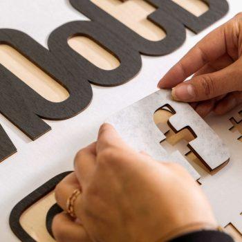 Logoelementtien kiinnitys